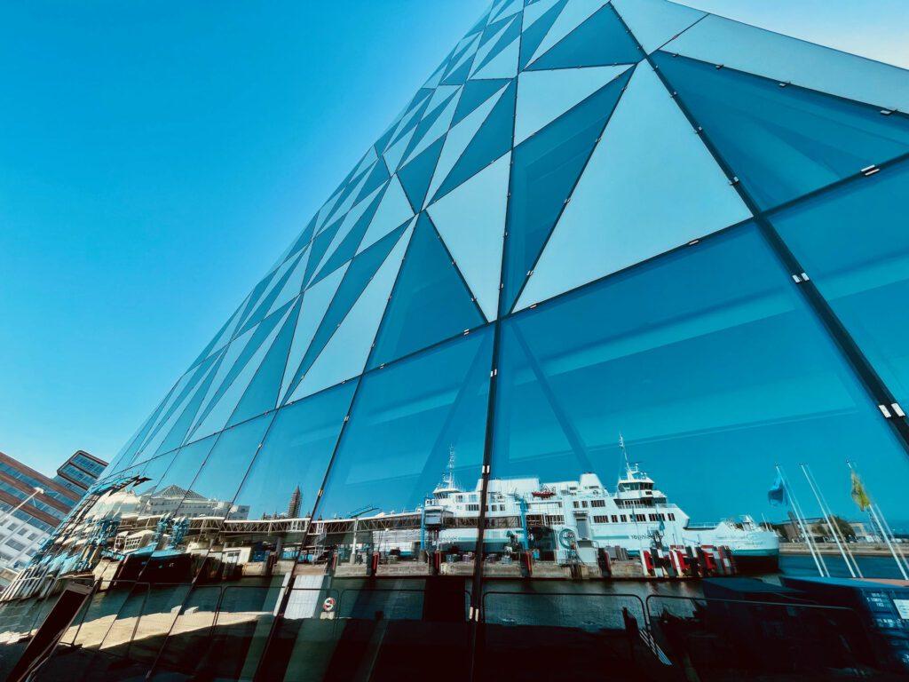 Färjan till Helsingör reflekteras i glasfasaden.