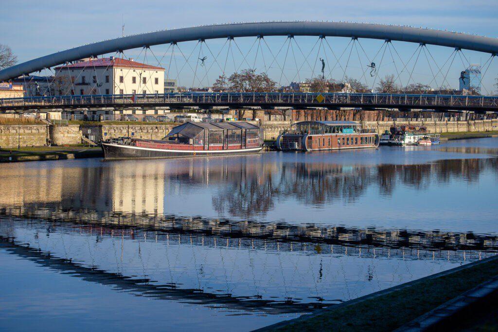 En av många broar över floden Wisla i Krakow.