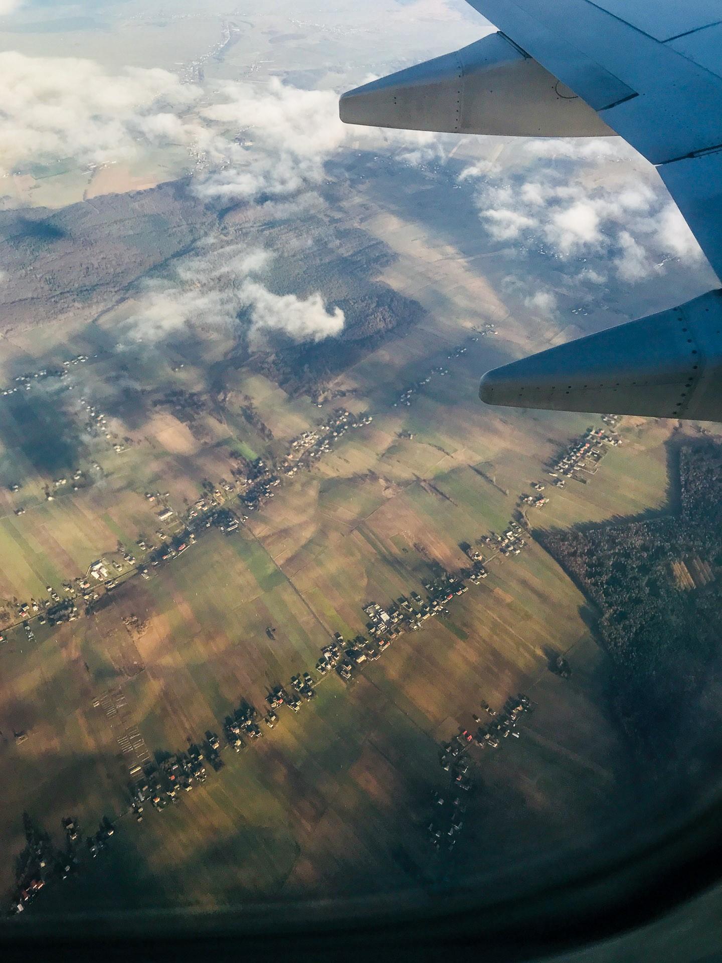 Polska landsbygden från ovan med de lustigt långa byarna.